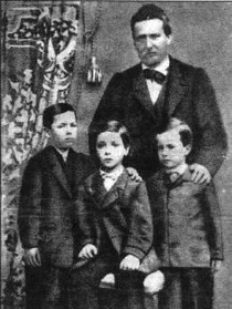 Pascoli da bambino (il primo sulla destra) con il padre e i fratelli